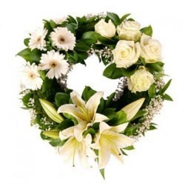 Corona blanca de rosas, gerberas y lirios