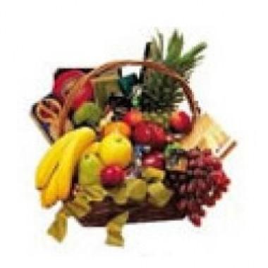 Canasta de frutas de estación acompañadas de quesos, galletas chocolates y vino