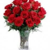 Arreglo de 18 rosas en florero